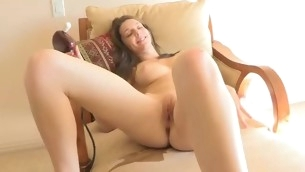 Looker spreads legs wide and starts playing up vibrator